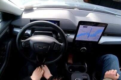 """Ford vai lançar seu novo recurso de direção chamado """"mãos-livres"""" e aumentará concorrência com as rivais GM e Tesla"""