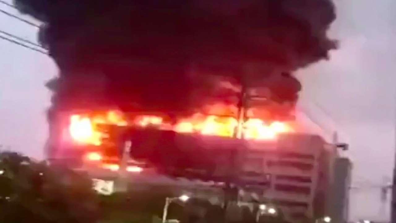 Prédio pegando fogo na China