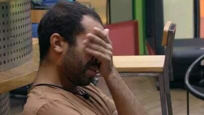 """BBB21: Emocionado, Gilberto chora sozinho e agradece: """"Fiz cachorrada tudinho"""""""
