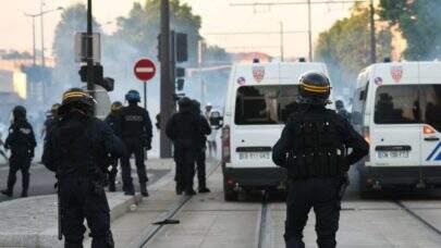 Homem invade posto policial na França, mata funcionária a facadas e é morto em seguida