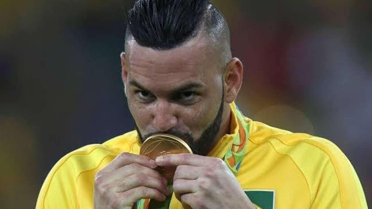 Weverton beija medalha de ouro do Rio 2016