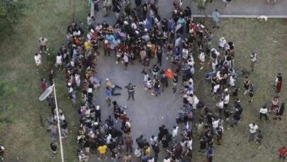 Jovens se aglomeram na Praça Roosevelt, no Centro de São Paulo