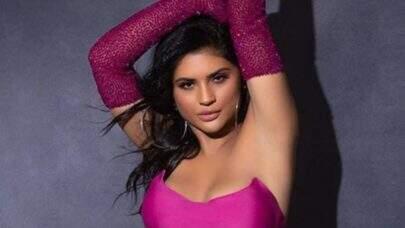 Mileide Mihaile compartilha cliques de ensaio e choca fãs com look rosa choque