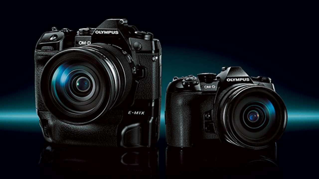 Duas câmeras fotográficas pretas