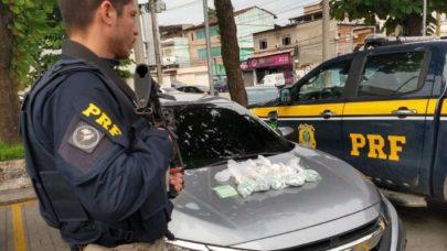 PRF prende homem com mil papelotes de cocaína dentro de carro roubado na Via Dutra