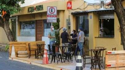 Prefeito de São Paulo flexibiliza o funcionamento de bares e restaurantes e permite o uso de mesas na rua