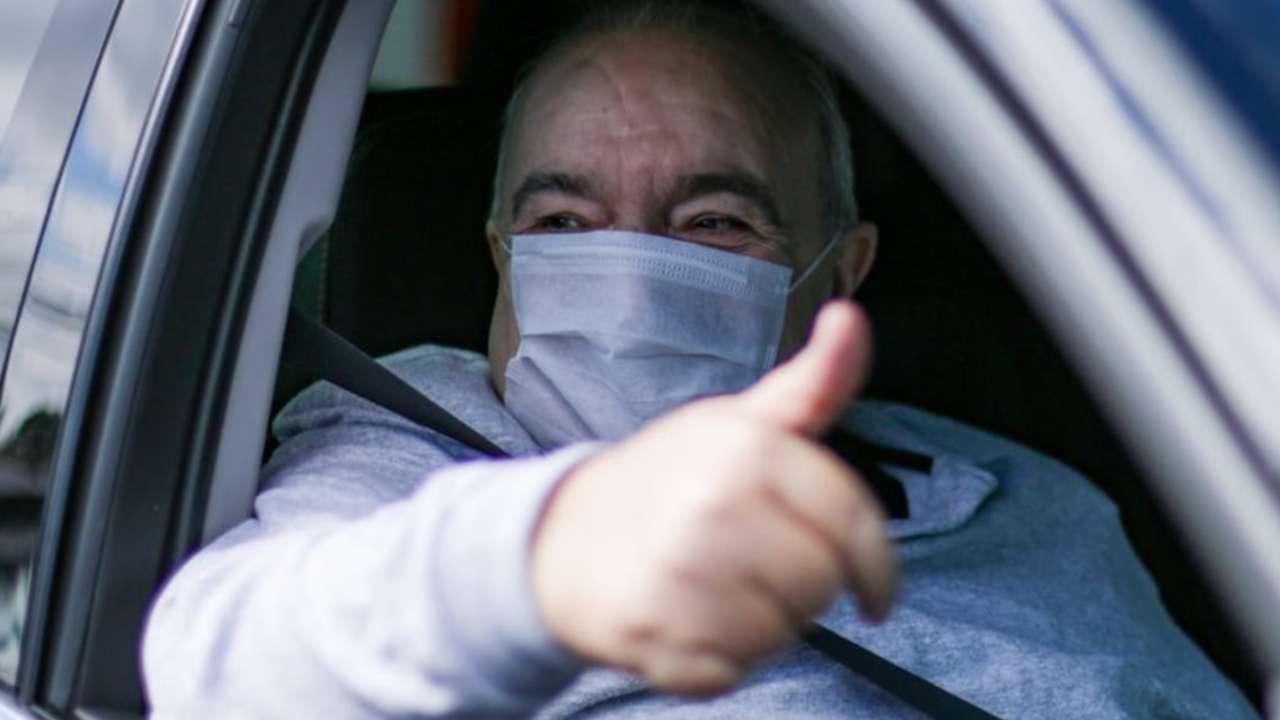 Prefeito Rafael Greca saindo do hospital