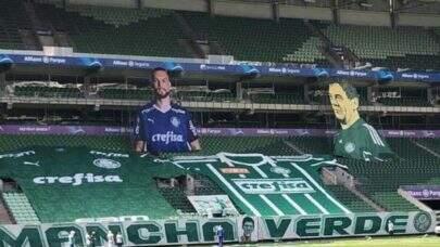Torcida do Palmeiras realiza homenagem ao goleiro Weverton durante o clássico