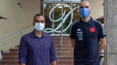 Vanderlei, o sexto reforço do Vasco, chega ao Rio de Janeiro e realiza exames pelo clube