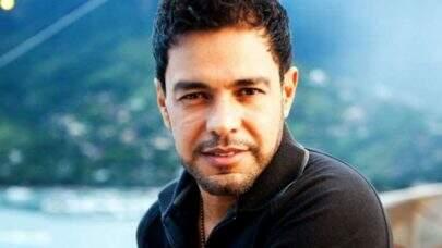 """Zezé Di Camargo canta """"Solidão"""" e fãs elogiam: """"A voz mais linda!"""""""