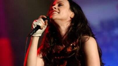 """Em """"I Miss The Band"""", Alanis Morissette canta sobre saudade de sua banda e dos shows"""