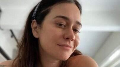 Alessandra Negrini surge de roupão em clique encantador e recebe elogios dos seguidores