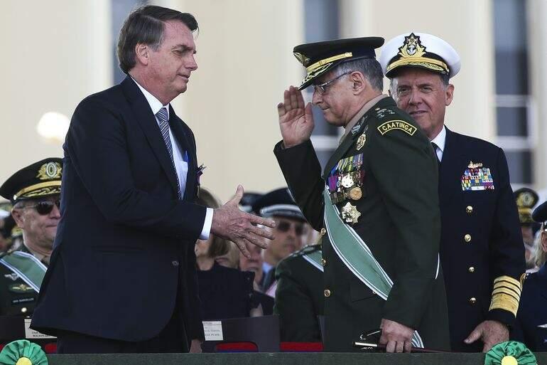 O presidente Jair Bolsonaro, participa da cerimônia do Dia do Soldado, na Concha Acústica do Quartel-General do Exército, ao lado do O comandante do Exército, general Edson Pujol;