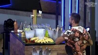 """BBB21: Boninho tira sarro de Arthur e manda presente para o líder: """"Se é banana que ele quer"""""""