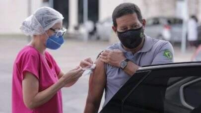 Vice-presidente Hamilton Mourão toma 2ª dose da vacina Coronavac, contra a covid-19