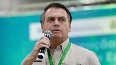 "Bolsonaro afirma que comprar vacinas antecipadamente seria ""irresponsabilidade"""