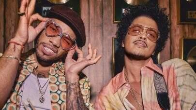 "Silk Sonic alcança pela primeira vez o topo da Billboard Hot 100 com ""Leave the Door Open"""