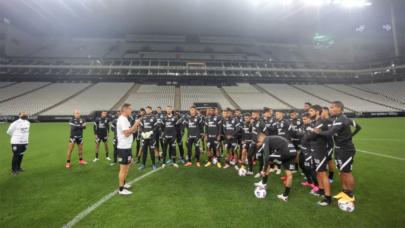 Corinthians faz treino noturno na Neo Química Arena em preparação para o duelo contra o Peñarol