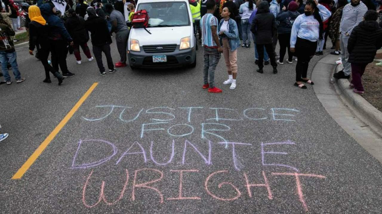 """""""Justiça por Daunte Wright"""", nas ruas de Brooklyn Center"""