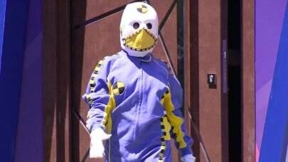 BBB21: Web descobre quem era o segundo dummy que apareceu com Boninho em festa do reality