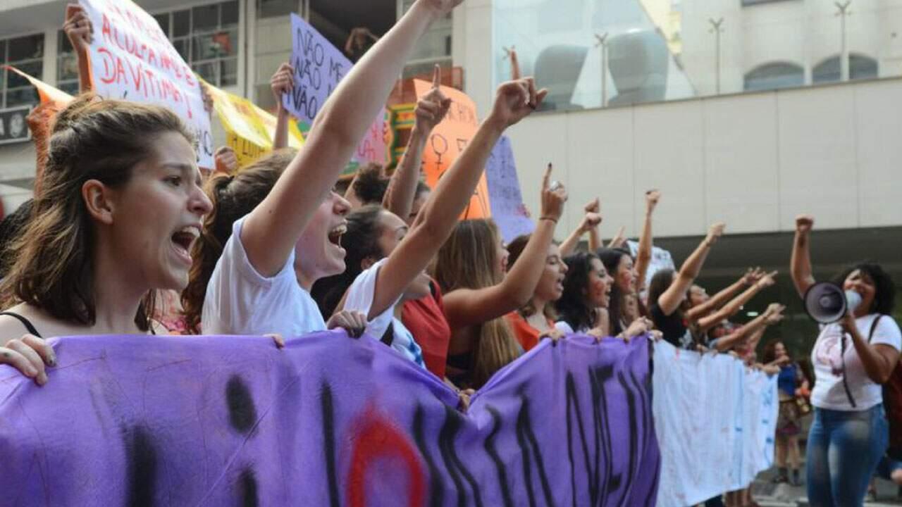 Mulheres se manifestando em defesa da igualdade de gênero