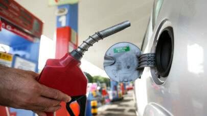 Gasolina tem alta de 12,06% no mês e chega a R$ 6,17; veja o valor médio por estado: