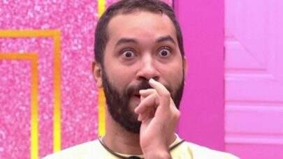 BBB21: Gilberto abaixa cueca após pular na piscina durante o programa ao vivo e choca web