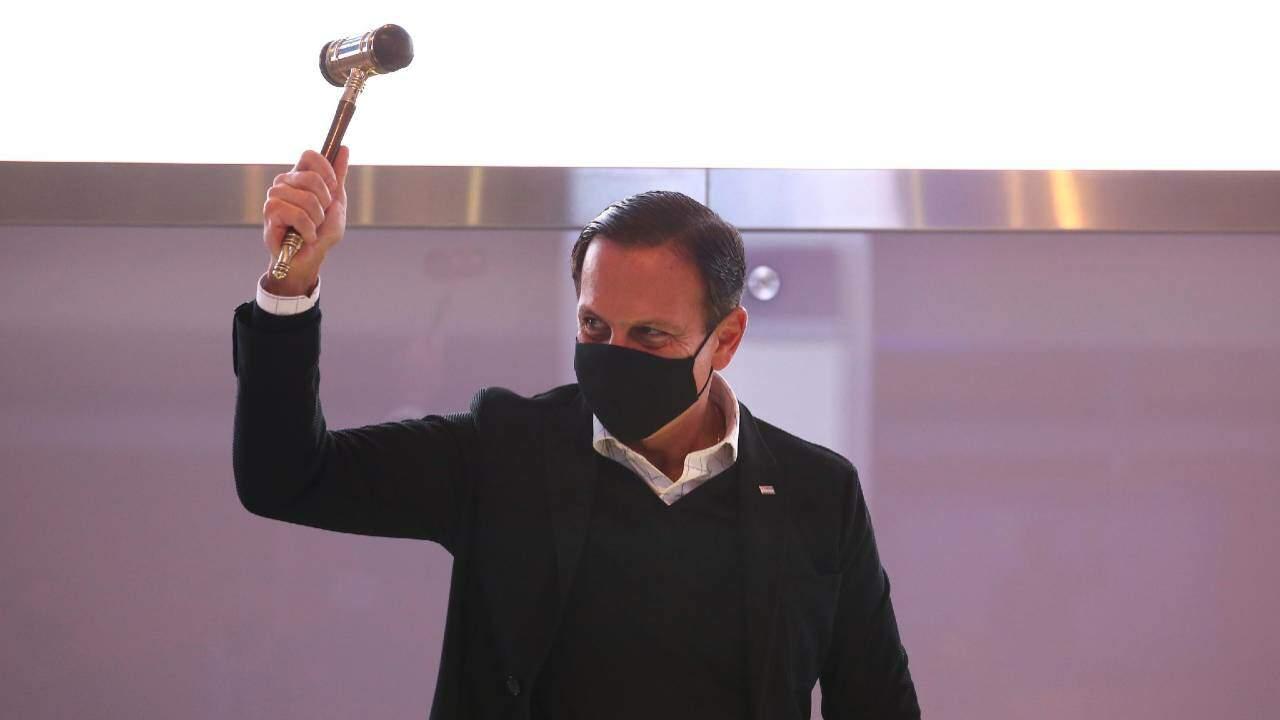 Governador de São Paulo, João Doria, batendo martelo durante leilão