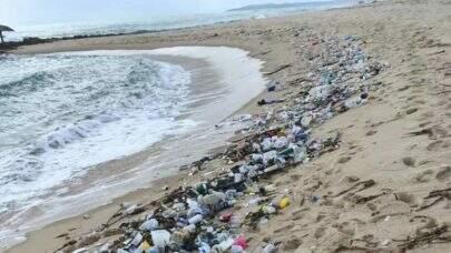 Lixo acumulado, incluindo instrumentos hospitalares, aparece em praias do Rio Grande do Norte
