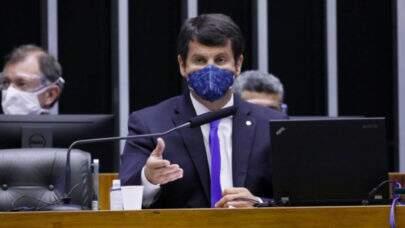 """Deputado diz que """"medicina brasileira sofre mais um ataque na Câmara"""" e sugere greve contra médicos formados no exterior;"""