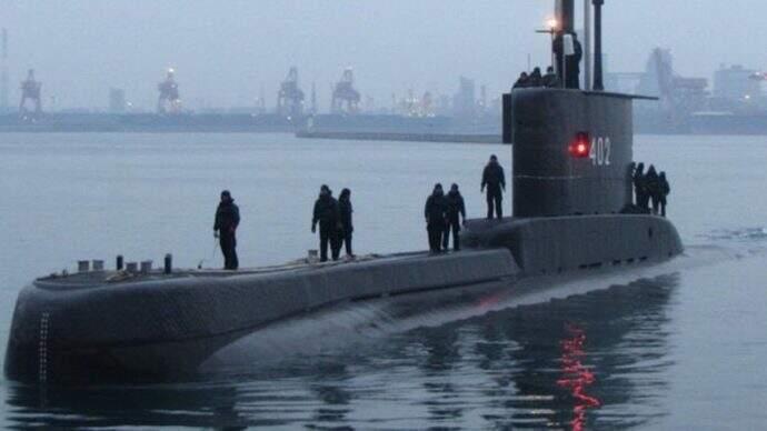 Submarino indonésio no mar