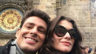 """Alinne Moraes posta foto com Cauã Reymond e diz: """"Na labuta com o ex"""""""