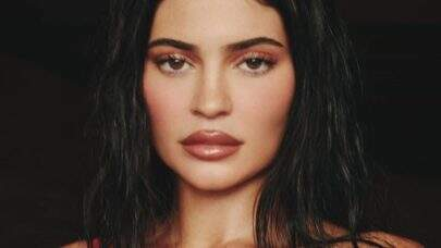 """Kylie Jenner esbanja beleza e encanta a web: """"Levando o legado Kardashian nas costas"""""""