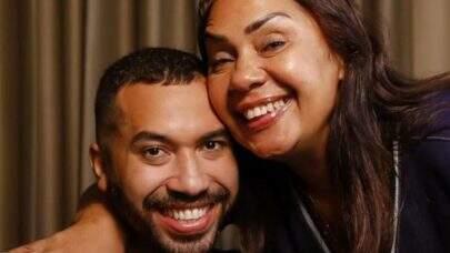 Mãe de Gil do Vigor, recebe a primeira dose da vacina contra a Covid-19 e comemora: 'Estou muito feliz'