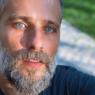 """Bruno Gagliasso surpreende a web com barba na praia: """"Achei que era gravação do filme 'Naufrago 2′"""""""