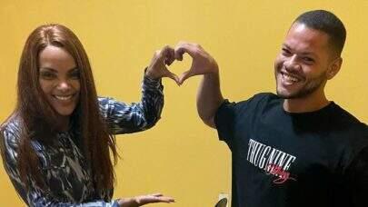 """Youtuber é criticado após tirar foto com Flordelis fazendo símbolo de """"amor"""""""