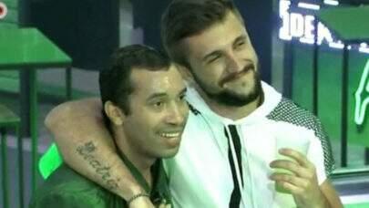 """Arthur consola Gil após ataque homofóbico: """"Você é luz"""""""