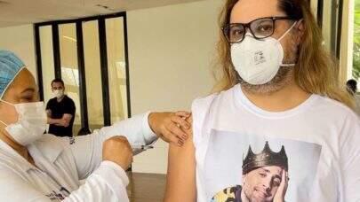 Marcus Majella toma vacina vestindo camiseta com foto de Paulo Gustavo: 'Levei ele no meu peito'