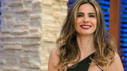 """Na praia, Luciana Gimenez esbanja boa forma em passeio de bike: """"Ser feliz"""""""