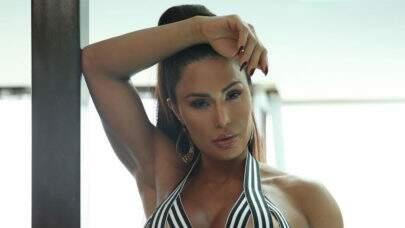 """Com look PP, Gracyanne Barbosa mostra habilidade no pole dance e choca a web: """"Que flexibilidade!"""""""