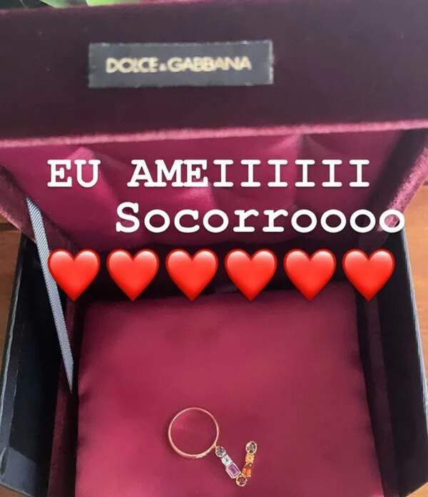 """Foto mostra anel da Dolce & Gabbana com a letra V ganhado por Virgínia fonseca. Na foto, a frase: """"Eu amei! Socorro"""""""