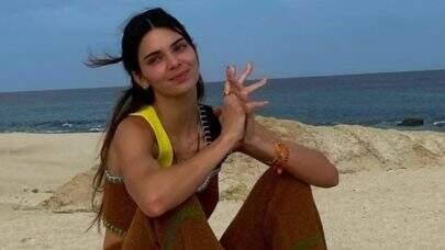 """Kendall Jenner compartilha foto em barco com bandeira do Brasil e web enlouquece: """"Veio na minha casa"""""""