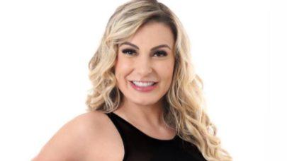 Andressa Urach exibe beleza natural para apresentar a final do Miss Bumbum 2021