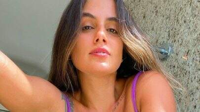 Ex-BBB Carol Peixinho posa em frente ao espelho e exibe boa forma aos fãs