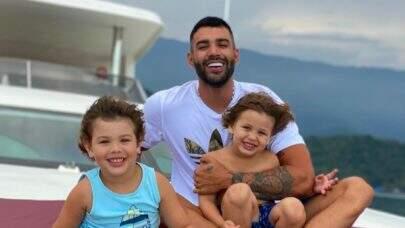 """Gusttavo Lima parte para EUA sem família e Andressa Suita esclarece: """"Jamais deixaria meus filhos 20 dias"""""""