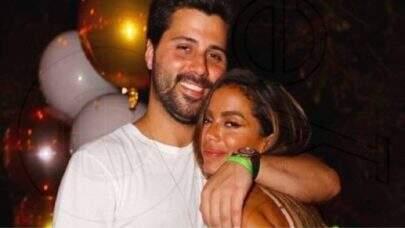 Anitta 'invade' palco e anuncia término com milionário Michael Chetrit