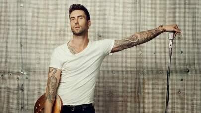 Adam Levine, do Maroon 5, cobre perna direita com tatuagem gigante; veja imagem