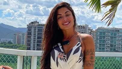 """Aline Riscado renova o bronzeado na praia e curvas impressionam: """"Que corpo!"""""""