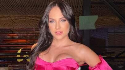 """Ex-BBB Gabi Martins aproveita a noite em Dubai com modelito revelador: """"Empinadinha estratégica"""""""