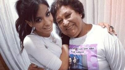 Após ser exposta em documentário, fã idosa de Anitta faz grave acusação contra a cantora e produção